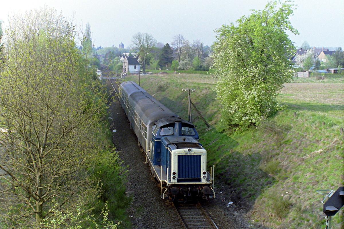 212 265 mit einem Nahverkehrszug Richtung Duisburg am Holzweg in Xanten