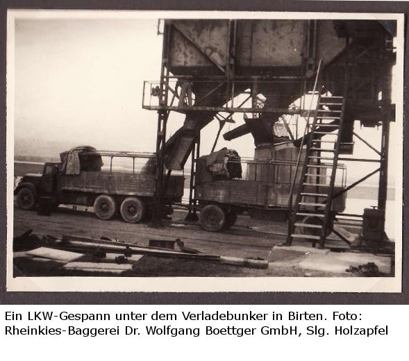Ein LKW-Gespann unter der Verladeanlage der Rheinkies-Baggerei Wesel am Altrhein bei Birten.