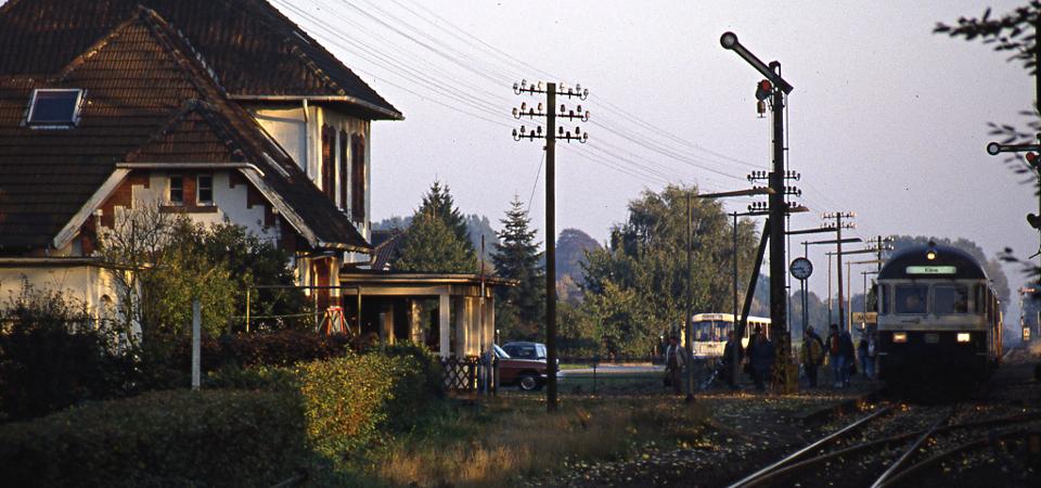 Marienbaum im Herbst - Nahverkehrszug nach Kleve